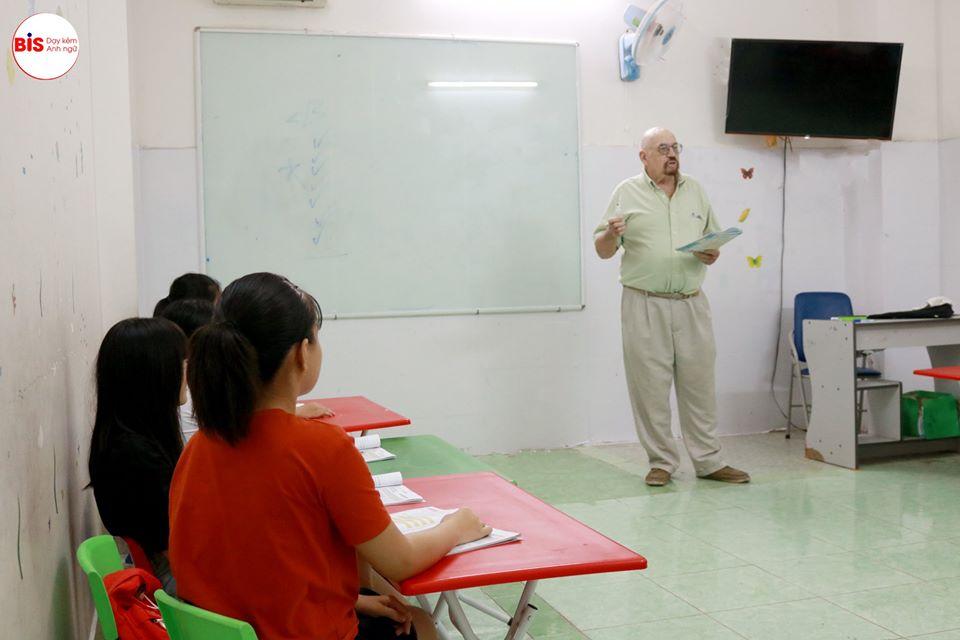 Học sinh lớp 5 học tiếng Anh với giáo viên nước ngoài